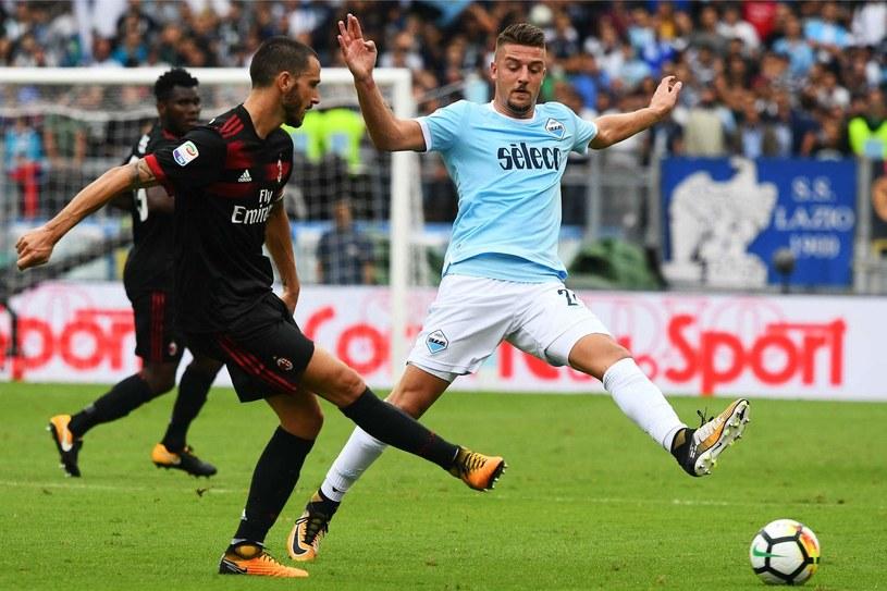 Sergej Milinković-Savić w starciu z Leonardo Bonuccim podczas meczu z Milanem /AFP