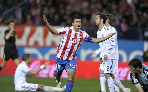 Sergio Aguero (z uniesionymi rękami) może trafić do Juventusu Turyn /AFP