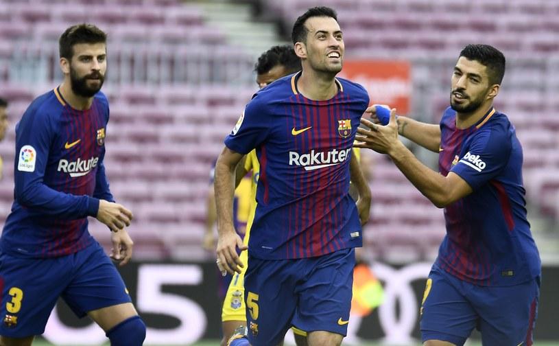 Sergio Busquets (w środku) cieszy się ze strzelenia gola /AFP