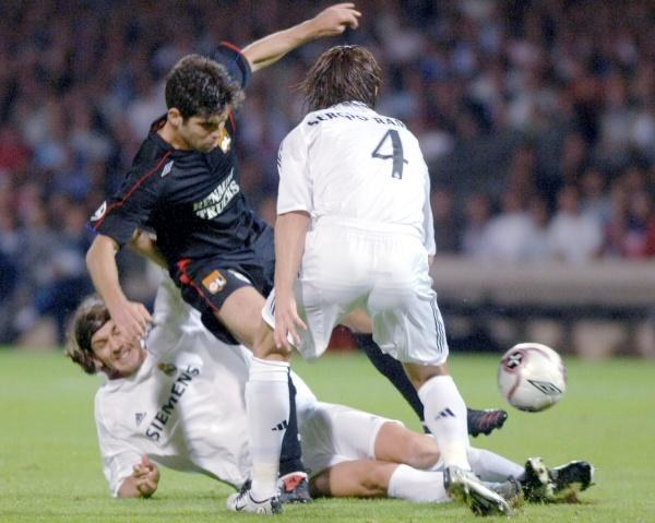 Sergio Ramos i Pablo Garcia bezskutecznie powstrzymują Juninho Pernambucao. OL-Real 3:0 /AFP