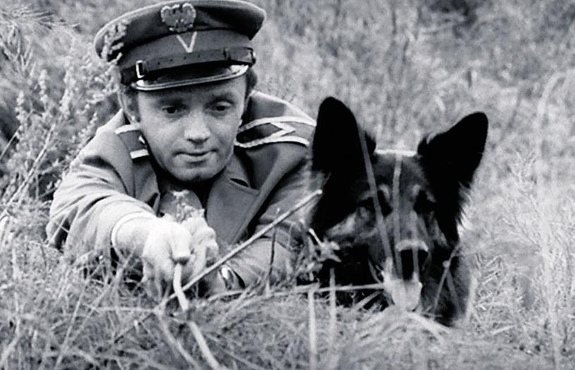 Serialowe perypetie sierżanta Walczaka i jego psa Cywila przyniosły aktorowi wielką popularność /Tele Tydzień