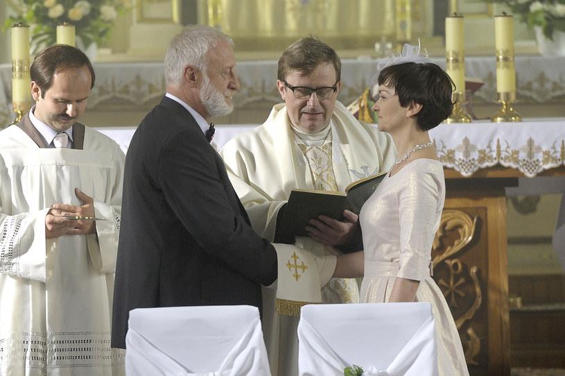 Serialowego ślubu udzielił Olaf Lubaszenko /AKPA