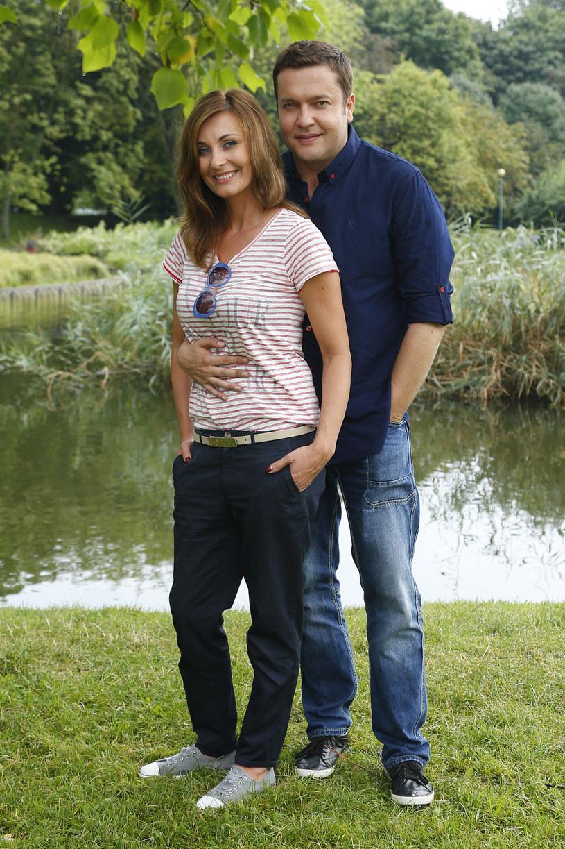 Serialowy mąż Ilony Wrońskiej, Robert Kudelski, bęzie musiał wytrzymać pół roku bez swej ukochanej /AKPA