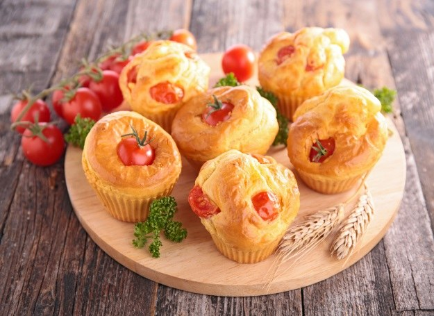 Serowe muffiny smakują świetnie w towarzystwie pomidorów /123RF/PICSEL