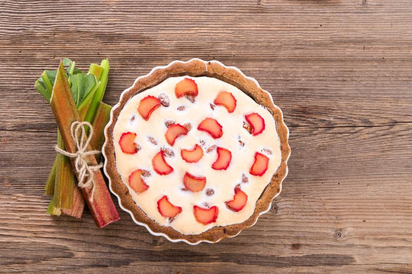 Serowiec z rabarbarem to doskonałe wiosenne ciasto /©123RF/PICSEL
