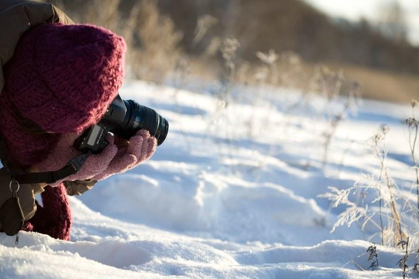 Sesja fotograficzna w śnieżnym plenerze może być świetną zabawą, jednak nie powinnaś zapominać o adekwatnym ubraniu /123RF/PICSEL