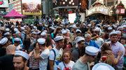 Setki całujących się par na Times Square