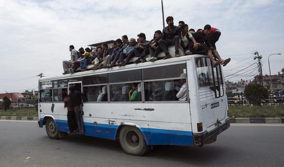 Setki Nepalczyków uciekało ze stolicy kraju Katmandu /Hemanta Shrestha /PAP/EPA
