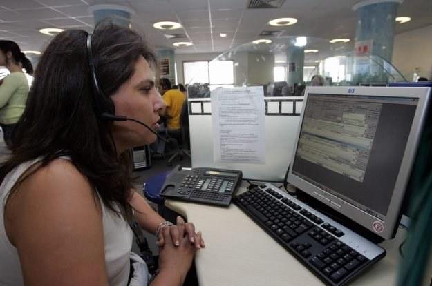 Setki tysięcy pracowników call-center na świecie spędza godziny ze słuchawkami na uszach /AFP