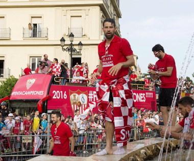 Sevilla FC zaprezentowała trofeum Ligi Europejskiej. Film