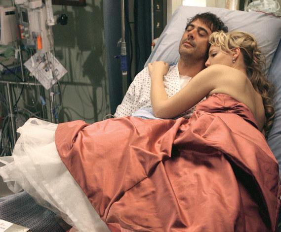Sez. 2., odc. 25. Ubrana na bal Izzie rozpaczała po śmierci ukochanego narzeczonego Denny'ego Duquetta. /materiały prasowe