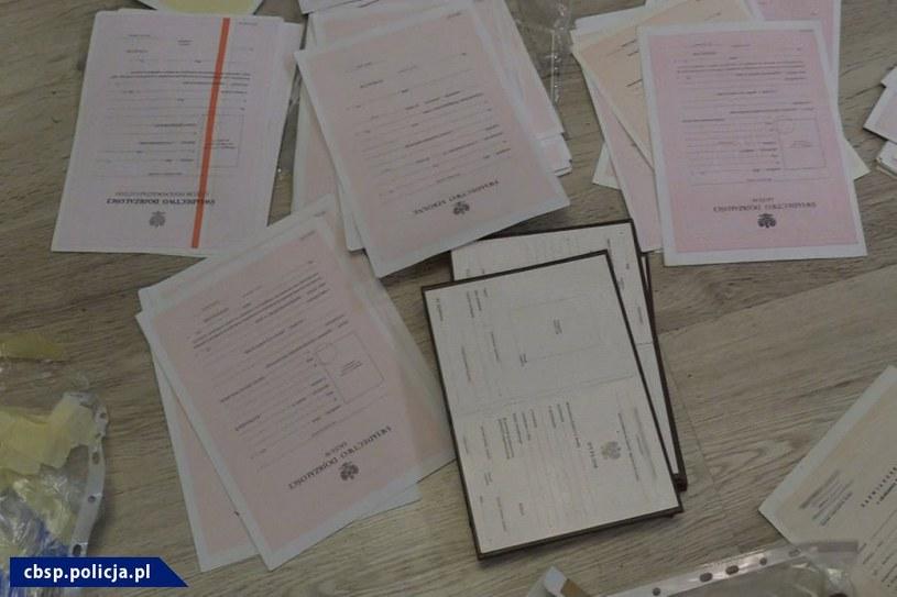 Sfałszowane dokumenty /CBŚP/www.policja.pl /