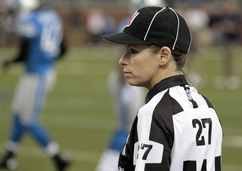 Shannon Eastin jako pierwsza kobieta w historii sędziowała mecz ligi NFL /PAP/EPA
