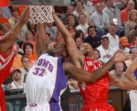 Shaquille O'Neal (L) z Phoenix Suns walczy z Chuckiem Hayesem z Houston Rockets /AFP