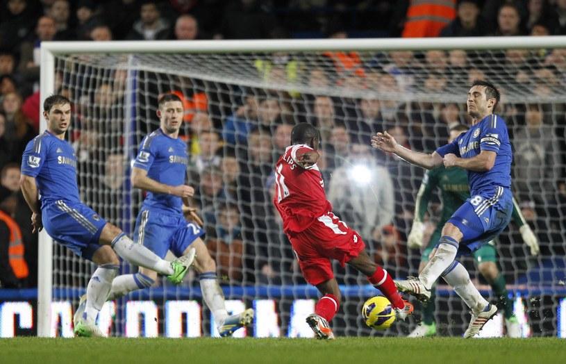 Shaun Wright-Phillips strzela zwycięską bramką dla QPR w meczu z Chelsea /AFP