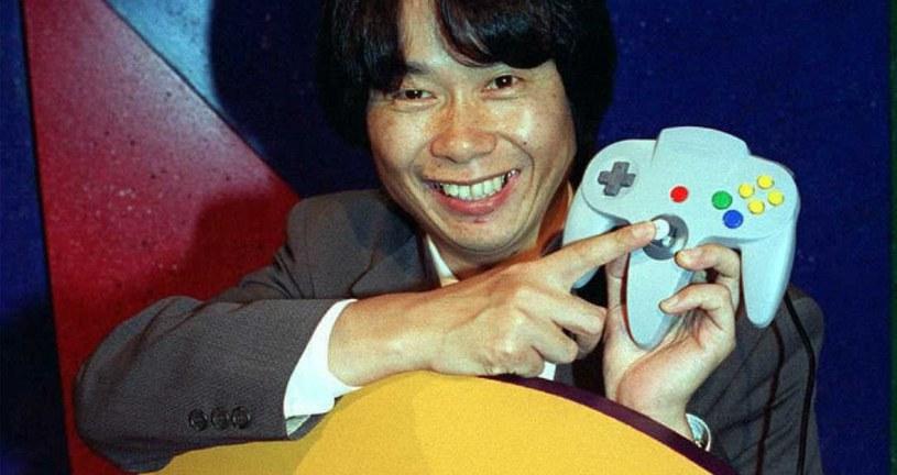 Shigeru Miyamoto prezentujący konsolę Nintendo 64 podczas targów E3 w Los Angeles w 1995 roku /AFP