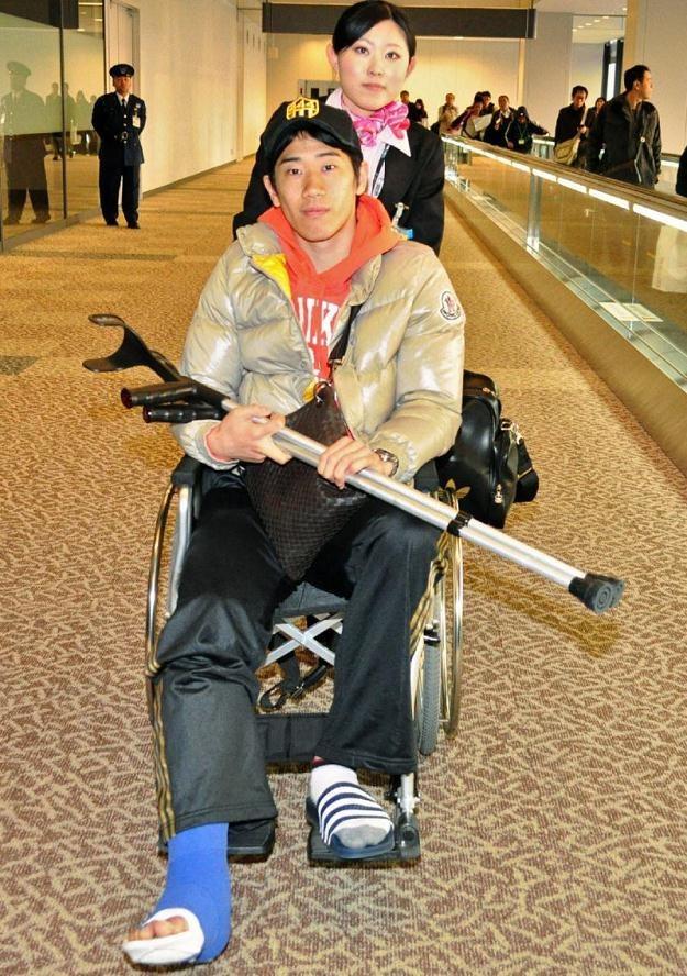 Shinji Kagawa 29 stycznia poruszał się jeszcze na wózku. W marcu będzie mógł już lekko trenować /AFP