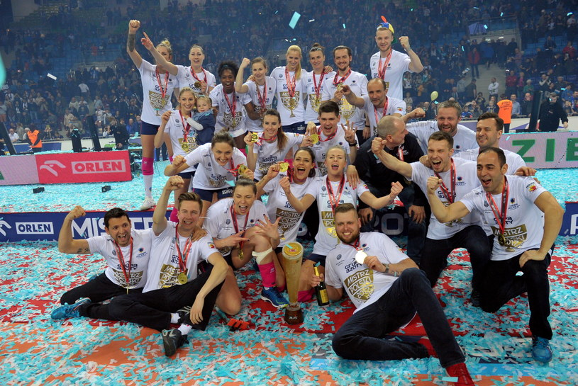 Siatkarki Chemika Police po raz czwarty z rzędu zdobyły złoty medal mistrzostw Polski /Fot. Marcin Bielecki /PAP