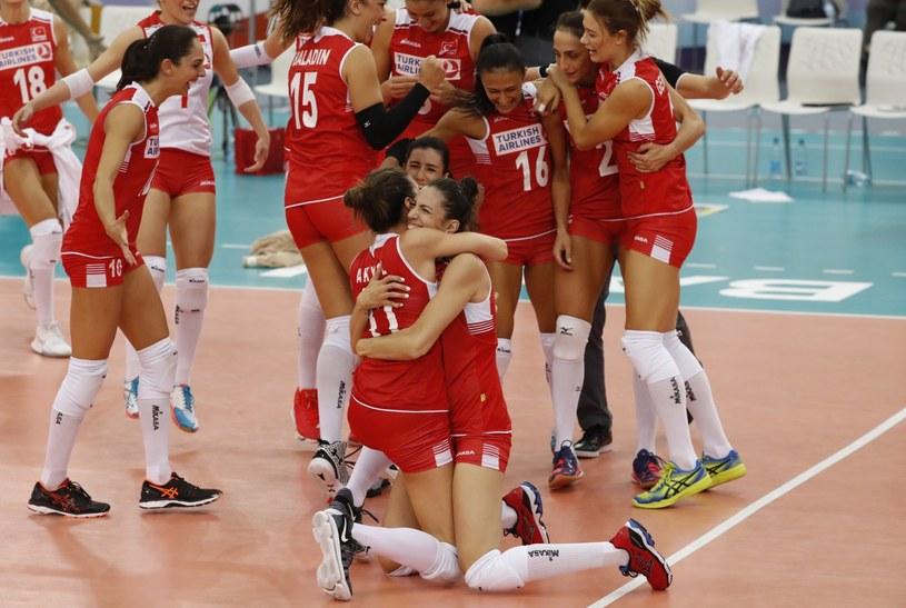 Siatkarki reprezentacji Turcji cieszą się z awansu do półfinału /Sergei Ilnitsky /PAP/EPA