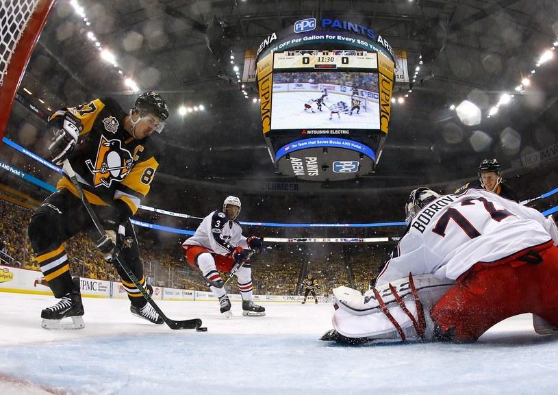 Sidney Crosby strzela na 1-0 dla Pittsburgh Penguins w meczu z Columbus. /AFP