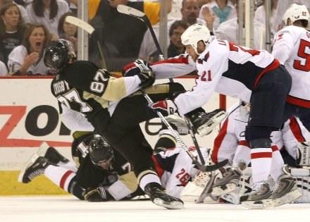 Sidney Crosby uważany jest za nastepcę wielkiego Wayne'a Gretzky'ego. /AFP
