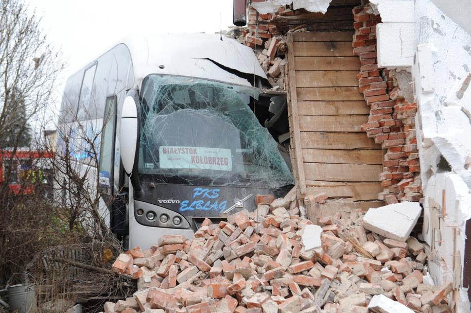 Siedem osób zostało rannych, ale ich życiu nie zagraża niebezpieczeństwo. W uszkodzonym budynku odcięto prąd i gaz /Marcin Bielecki /PAP