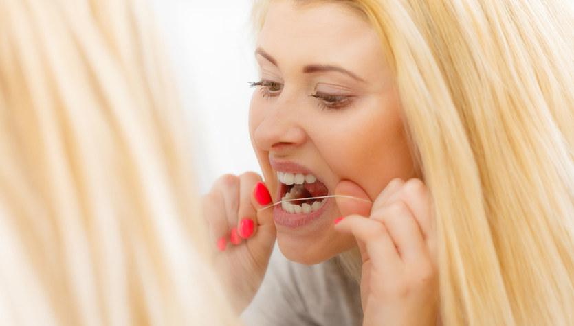 Siedem pytań o nitkowanie zębów