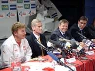Siedzą od lewej Boniek, Listkiewicz i szefowie TPSA Marek Józefiak i Bertrand Le Guern /INTERIA.PL
