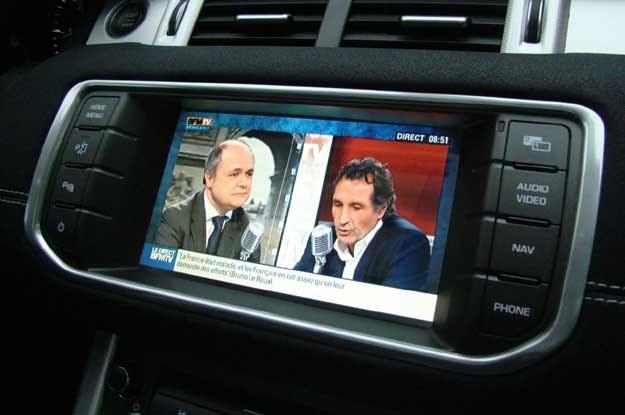 ... siedzący obok niego pasażer może w tym samym czasie i na tym samym ekranie oglądać telewizję /INTERIA.PL