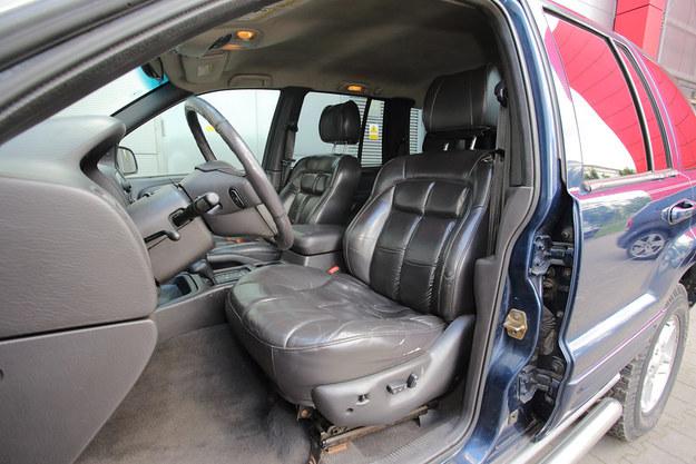 Siedzenia są miękkie i spore, ale jest tu po prostu za ciasno dla osób powyżej 180 cm. Podłogę umieszczono wysoko w stosunku do siedziska, nie ma więc zbyt wiele miejsca na nogi. /Motor