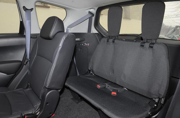 Siedzenia trzeciego rzędu to wyposażenie standardowe. Są niemiłosiernie twarde. /Motor