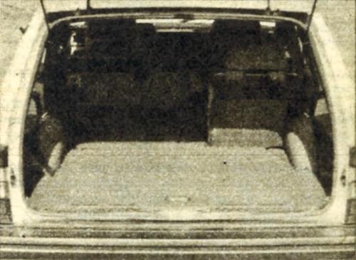 Siedzenie tylne podzielone jest niesymetrycznie na dwie części, aby umożliwić jednoczesny przewóz trzech osób i długich przedmiotów. /Motor