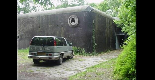 """Siedziba główna Cyberbunker to dawny bunkier wykorzystywany przez NATO - jego ściany mają grubość 5 stóp. Firma chwali się, że hostuje każdą stronę """"za wyjątkiem pornografii dziecięcej oraz terrorystów"""" /materiały prasowe"""
