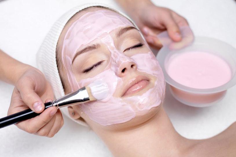 Sięgaj po łagodzące kosmetyki przeznaczone do skóry wrażliwej /©123RF/PICSEL
