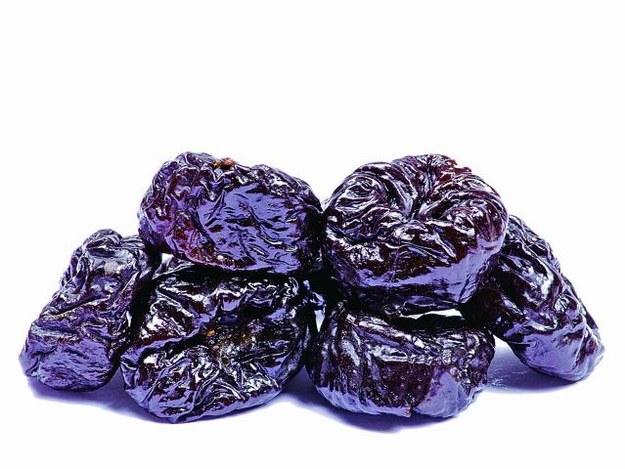 Sięgaj po napar  z siemienia lnianego,  suszone śliwki, figi,  nasiona babki plesznik  i rodzynki. Ułatwiają  wypróżnianie, a tym samym zmniejszają  ból. /123/RF PICSEL