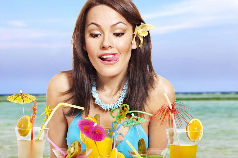 Sięgając po mocno schłodzone, kolorowe napoje, nawet nie zdajemy sobie sprawy, ile spożywamy cukru /©123RF/PICSEL