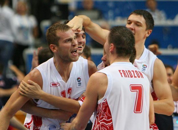 Siergiej Monia fetuje z kolegami z reprezentacji Rosji zwycięstwo z  Macedonią /AFP
