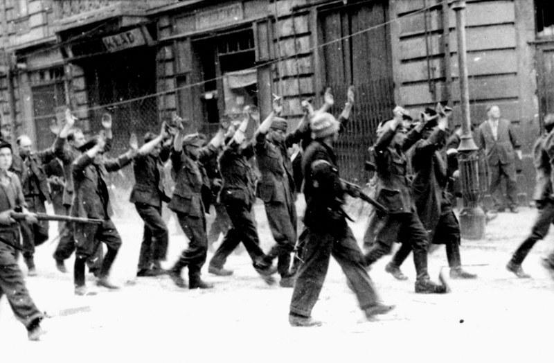 Sierpień 1944 roku. Niemcy wzięci do niewoli przez Powstańców. /Archiwum (PAP) /PAP