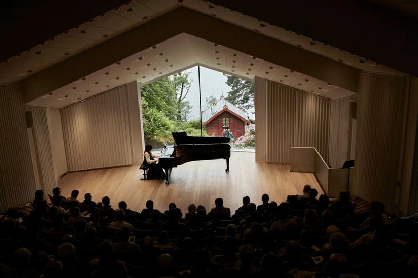 Signe Bakke wykonuje utwory norweskiego kompozytora Edvarda Griega w Troldhaugen /David B. Torch/The New York Times /