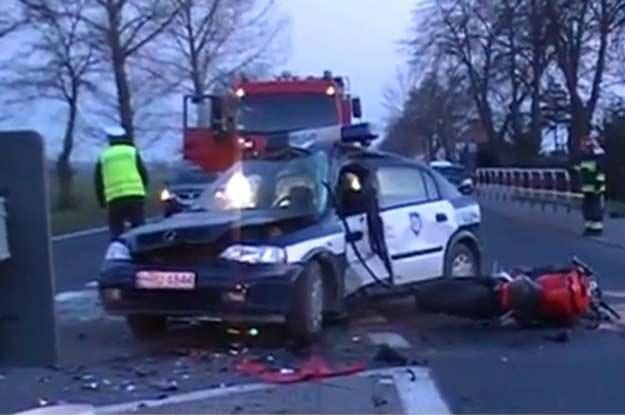 Siła uderzenia była tak ogromna, że kierujący motocyklem poniósł śmierć na miejscu. Fot. Elka.TV /