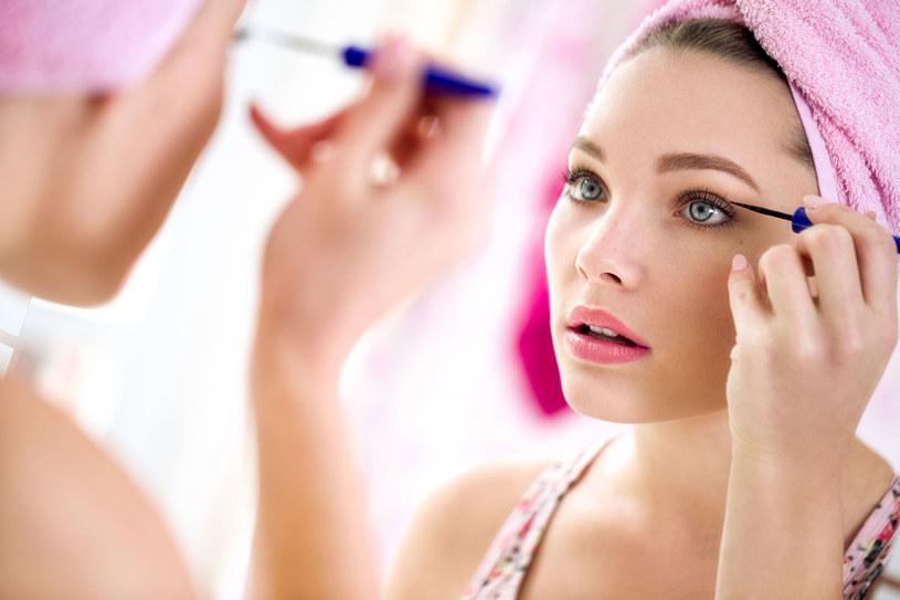 Silikony dla skóry i włosów są obojętne, bo nie wnikają w ich strukturę, a pokrywają jedynie ich powierzchnię. /©123RF/PICSEL