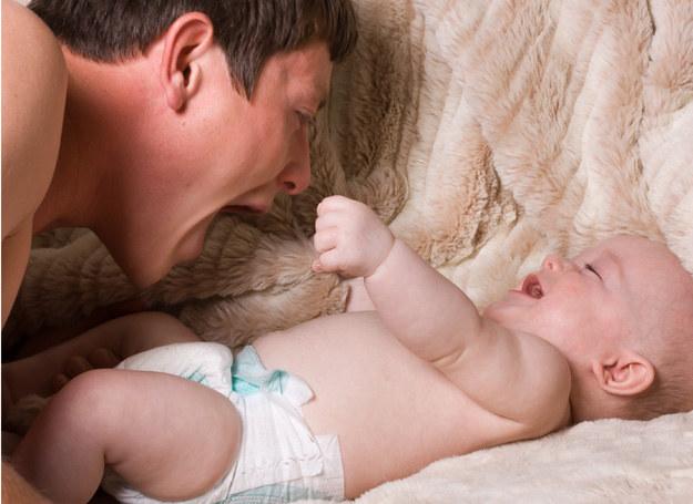 Silne relacje dziecka z ojcem są niezbędne do prawidłoego rozwoju malucha /123RF/PICSEL