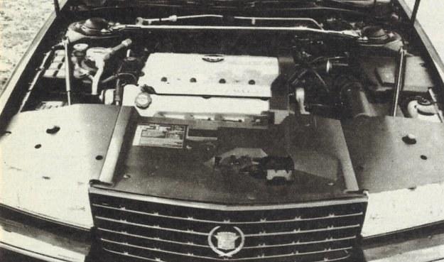 Silnik Northstar (gwiazda północy) 32-V8 pochodzący z produkcji kanadyjskiej został ulokowany poprzecznie. Ze względu na konieczność ograniczenia szerokości zespołu napędowego w osi walu korbowego znalazło się tylko sprzęgło. Skrzynię biegów wraz z przekładnią główną umieszczono wzdłuż kadłubu silnika. Do napędu 4 wałków rozrządu oraz osprzętu silnika wykorzystano trzy łańcuchy. W układzie zapłonowym (Direct Ignition System) zastosowano 4 cewki. Rzędy cylindrów rozchylone są pod kątem 90 st. /Motor