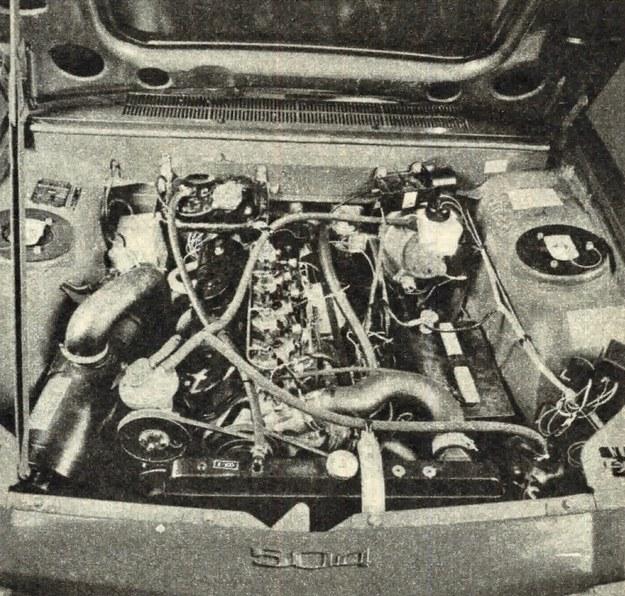Silnik pochylony jest pod kątem 20° na prawą stronę, aby obniżyć wysokość. Silnik ma wtrysk pośredni do komór wstępnych, w których znajdują się również elektryczne podgrzewacze powietrza. /Peugeot