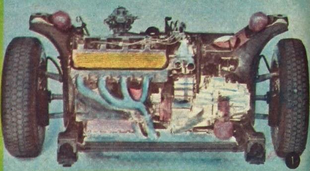 Silnik ustawiony jest poprzecznie z przodu wozu i połączony ze skrzynią o czterech przełożeniach. Cały zespół napędowy zawieszony jest w pomocniczej ramie. /Citroen