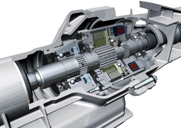 Silnik w sposób stały i bezpośredni napędza tylko jedną oś. Napęd na drugą przechodzi przez sprzęgiełko, którego ścisk jest wynikiem działania elektromagnesu. /Porsche