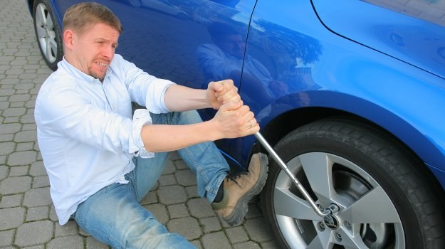 Siłowanie się ze śrubami czasami może nie dać efektu. Warto się zastosować do naszych rad. /Motor
