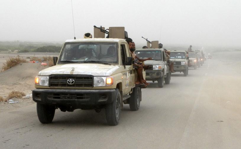 Siły lotnicze z Arabii Saudyjskiej i Zjednoczonych Emiratów Arabskich bombardują port, by zmusić do ucieczki rebeliantów z grupy Huti /NABIL HASSAN /AFP