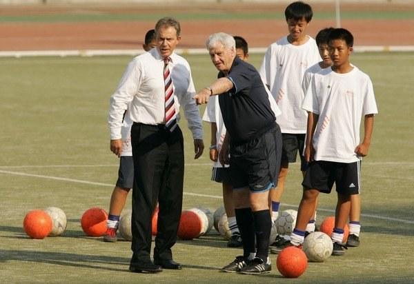 Sir Bobby Robson zdradzał tajniki futbolu premierowi Tony'emu Blairowi we wrześniu 2005 r. /AFP