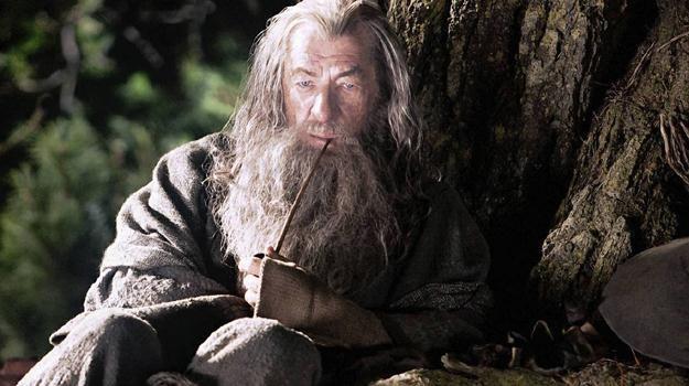 """Sir Ian McKellen w scenie ze swojego najnowszego filmu """"Hobbit: Niezwykła podróż"""" /materiały dystrybutora"""